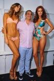 Formgivare Augusto Hanimian och modeller som i kulisserna poserar på den Luli Fama modeshowen under MBFW-badet 2015 Royaltyfria Bilder