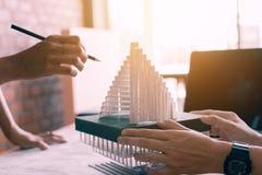 Formgivare eller arkitekt som granskar den arkitektoniska modellen i offien Royaltyfria Foton
