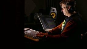 Formgivare för manmusikerljud i hans inspelningstudio - spårningskott lager videofilmer