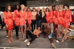 Formgivare Jenn Taule Bell och Marc Bell och modeller som i kulisserna poserar på KYBOEN! modeshow Arkivbilder