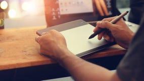 Formgivare med pennmusen i hand Man med den wirless digitala pennan dra Royaltyfria Bilder