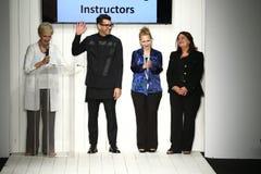 Formgivare och modeller går landningsbanafinal under Artens Institutes modeshow Royaltyfria Bilder