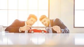 Formgivare som diskuterar bildesign royaltyfri bild
