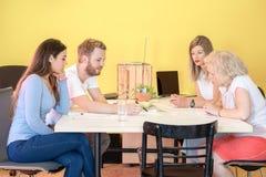 Formgivare som diskuterar i studio för printing 3D Fotografering för Bildbyråer