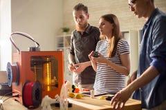 Formgivare som diskuterar printing 3D i studio Arkivbilder