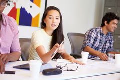 Formgivare som möter för att diskutera nya idéer Fotografering för Bildbyråer