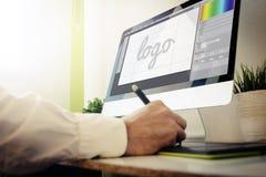 formgivare som planlägger en logo royaltyfri illustrationer