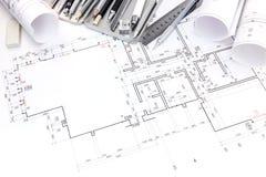 Formgivarearbetsplats med teckningshjälpmedel och golvplan Arkivfoto