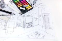 Formgivarearbetsplatsen med handteckningen skissar av vardagsrum, sänka Royaltyfri Bild