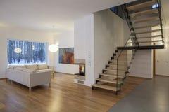 Formgivareinre - vardagsrum och en korridor arkivfoton