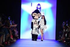Formgivaren Jia Liu och mascott går landningsbanan på den Comme Tu Es modeshowen Arkivbild