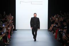 Formgivaren Michael Costello hälsar åhörarna på den Michael Costello modeshowen Royaltyfria Foton