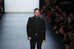 Formgivaren Michael Costello hälsar åhörarna på den Michael Costello modeshowen Royaltyfri Bild