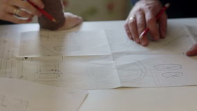 Formgivaren och arbetaren diskuterar planet av reparationen stock video