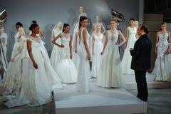 Formgivaren Tony Ward och modeller ses på ett rostat bröd till Tony Ward: En special brud- samling Royaltyfri Fotografi
