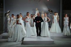 Formgivaren Tony Ward och modeller ses på ett rostat bröd till Tony Ward: En special brud- samling Royaltyfri Bild