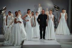 Formgivaren Tony Ward och modeller ses på ett rostat bröd till Tony Ward: En special brud- samling Arkivfoton