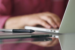 Formgivaren Using Grafic Tablet och bärbara datorn skriver på tangentbordet Royaltyfria Foton