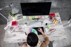 Formgivaren väljer färg för modeller fotografering för bildbyråer