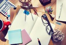 Formgivares skrivbord med arkitektoniska hjälpmedel och anteckningsboken Arkivfoton