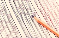 Formi per l'esame con la matita che si trova su  prova Fuoco selettivo tonalità Fotografie Stock