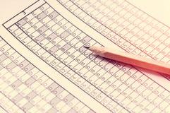 Formi per l'esame con la matita che si trova su  prova Fuoco selettivo tonalità Fotografia Stock