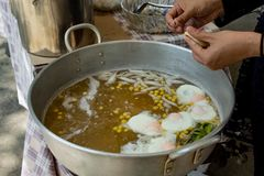 Formierstwa ciasto jako round piłki, gotować się w syropie Stawia jajka, kokosowy mleko i taro jest cukierkami zdjęcie royalty free