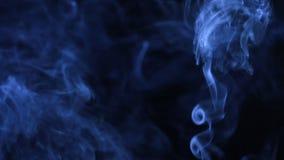 Formless strumień błękita dym dla projekta, na czarnym tle zbiory