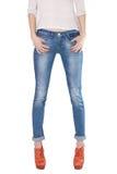 Formschöne weibliche Beine gekleidet in den Blue Jeans Stockfoto