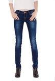 Formschöne weibliche Beine gekleidet in den dunkelblauen Jeans Lizenzfreies Stockfoto