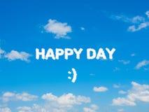 Formułować szczęśliwego dzień na niebieskim niebie z chmury grupą Fotografia Stock