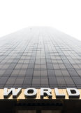 Formułuje świat na fasadzie drapacz chmur Obrazy Stock