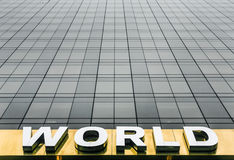 Formułuje świat na fasadzie drapacz chmur Zdjęcia Royalty Free