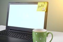 Formułuje dziecka na papierowym majcherze wtykającym na komputerze od kobiety Laptop, komputerowy tło Zdjęcia Royalty Free