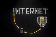 Formułuje ` Internetowego `, osłonę robić włączniki RJ45 i kłódkę, Żółty łata sznurów skład odizolowywający nad czarnym porysowan Obrazy Royalty Free