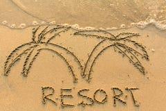 Formułuje kurort i drzewka palmowe rysujących ręką na złotej plaży - Obrazy Stock