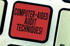 Formułuje pisać teksta komputerze - pomagać rewizji techniki Biznesowy pojęcie dla Używać komputer automatyzować IT rewizji proce zdjęcia stock