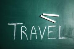 Formułuje podróż i kredę na blackboard, odgórny widok zdjęcie stock