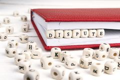 Formułuje spór pisać w drewnianych blokach w czerwonym notatniku na białym w zdjęcie royalty free