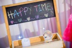 Formułuje SZCZĘŚLIWEGO czas, ręki writing na blackboard kolorowy kredowy chalkboard obraz stock