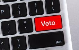 Formułuje weto pisać na czerwonym guziku komputerowa klawiatura fotografia stock