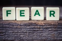 Formułuje strach, listy na nieociosanym tle Fotografia Stock