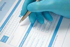 Formulário da análise de sangue do doutor Completing Fotografia de Stock