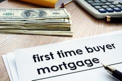 Formulário da hipoteca do comprador da primeira vez na mesa imagem de stock royalty free