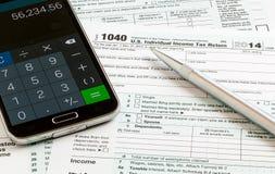 Formulário 1040 da pena e do smartphone 2014 Fotos de Stock Royalty Free
