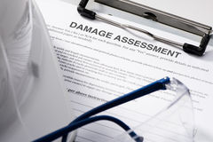 Formulário de avaliação dos danos na prancheta Fotografia de Stock