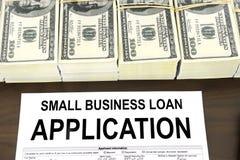 Formulário de candidatura e dinheiro pequenos aprovados do empréstimo comercial Fotos de Stock Royalty Free
