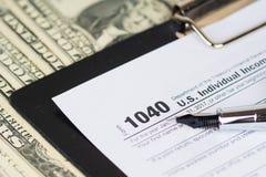 Formulário de declaração de rendimentos individual 1040 da renda com dólares fotos de stock royalty free