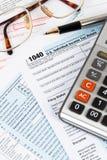 Formulário de declaração de rendimentos individual pelo IRS, conceito da renda para a tributação fotos de stock royalty free