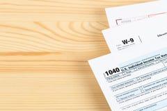 Formulário de declaração de rendimentos individual pelo IRS, conceito da renda para a tributação, com espaço da cópia foto de stock royalty free